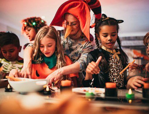 brincadeiras de halloween: crianças brincando fantasiadas