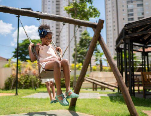brincadeira: criança brincando no balanço