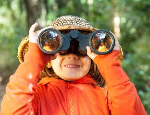 caça ao tesouro: criança com binóculo