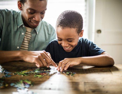 quebra-cabeça na educação infantil: criança brincando de quebra-cabeça com pai!